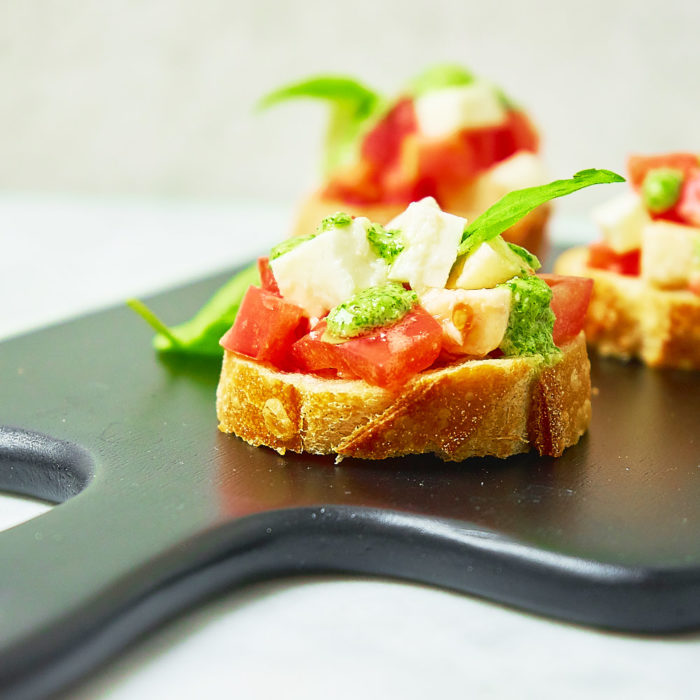 Włoska bruschetta z domowym zielonym pesto