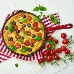 Focaccia barese z oliwkami i pomidorami