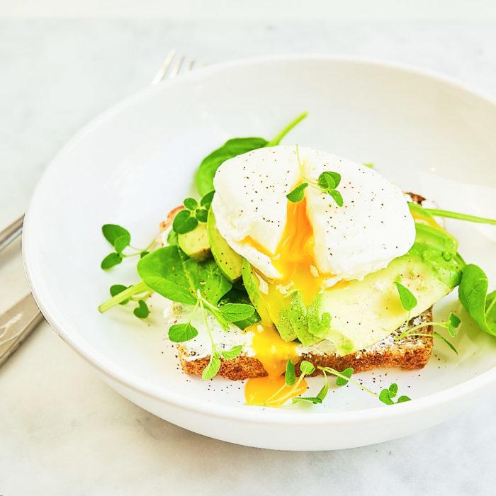 Jajko w koszulce na toście ze szpinakiem, awokado i chilli