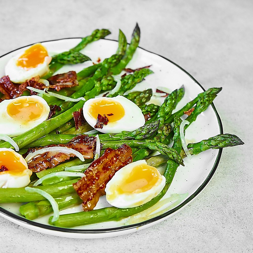 Sałatka ze szparagami, jajkiem i sosem musztardowym