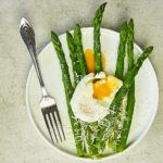 Maślane szparagi z jajkiem i parmezanem