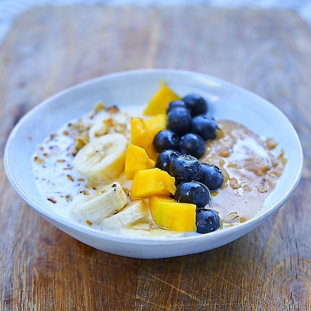 Domowa granola z owocami i maslem orzechowym