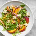 Letnia sałatka z brzoskwiniami, gorgonzolą i indykiem