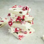 Mrożony jogurt z malinami i mlekiem kokosowym