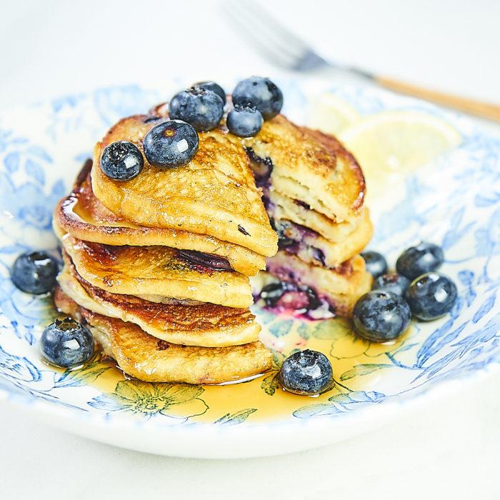 Jogurtowe Pancakes z borówkami i skórką z cytryny