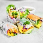 Spring rolls z kurczakiem, awokado i mango