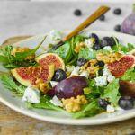 Sałatka z figami, gorgonzolą i orzechami włoskimi