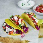Tacos z chorizo, czarną fasolą i pikantną salsą