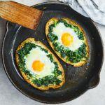 Jajka zapiekane w chlebie ze szpinakiem