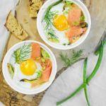 Jajka zapiekane z łososiem i cukinią