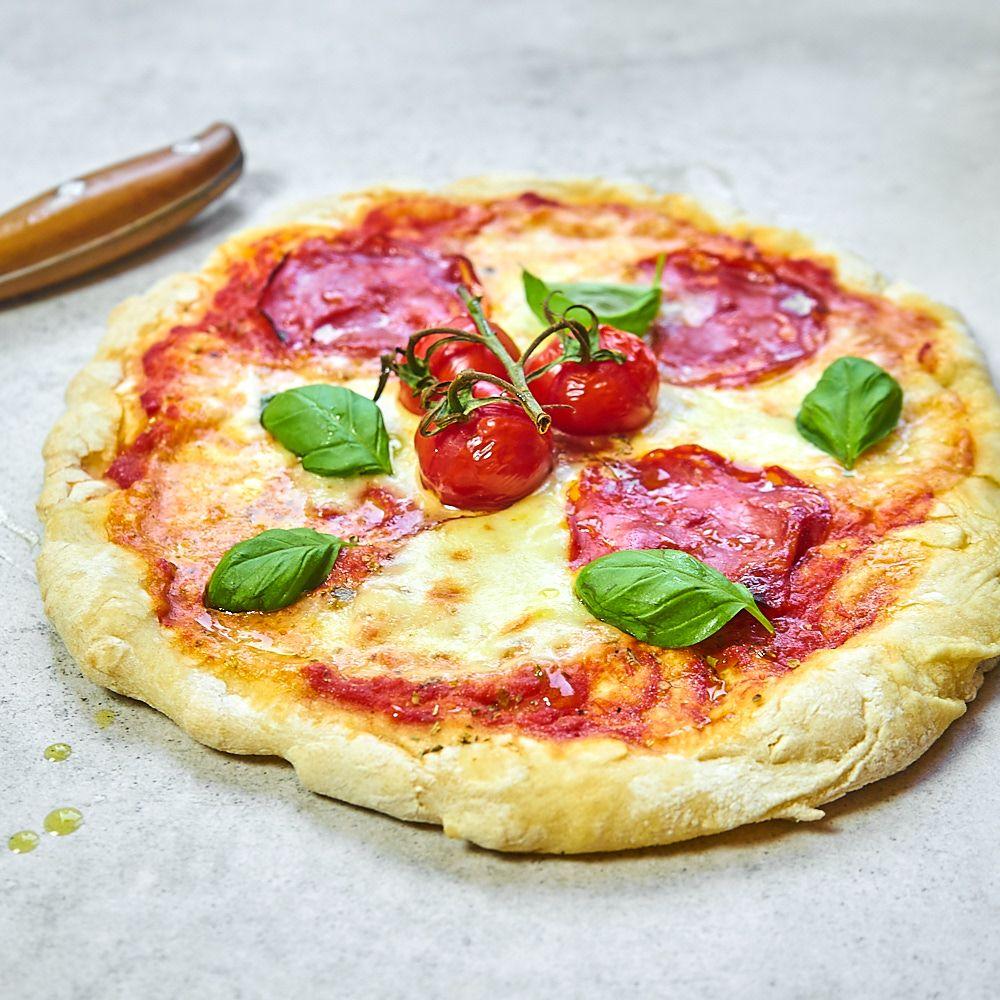 Domowa włoska pizza z chorizo i pomidorkami