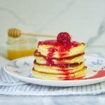 Puszyste pancakes z ricottą i sosem truskawkowym