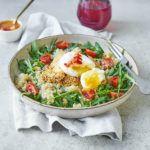 Halloumi w sezamie z komosą ryżową i jajkiem