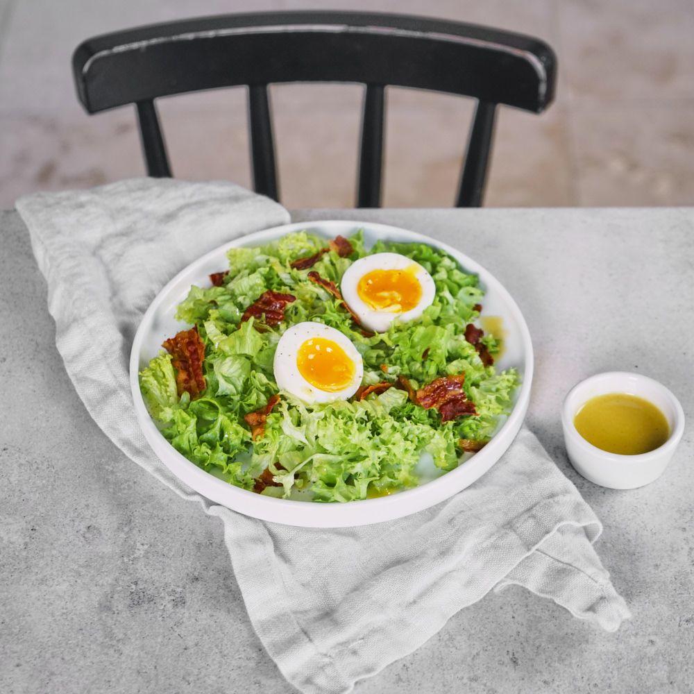 Sałątka Lyonnaise z jajkiem, boczkiem i sosem vinaigrette