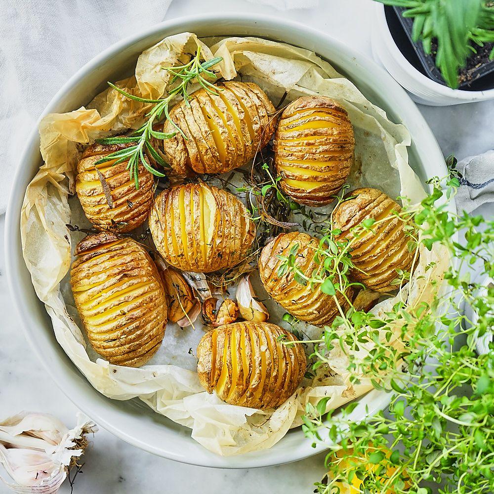 Ziemniaki hasselback ze świeżymi ziołami i czosnkiem