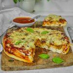Puszysta pizza z pieczarkami i cebulą