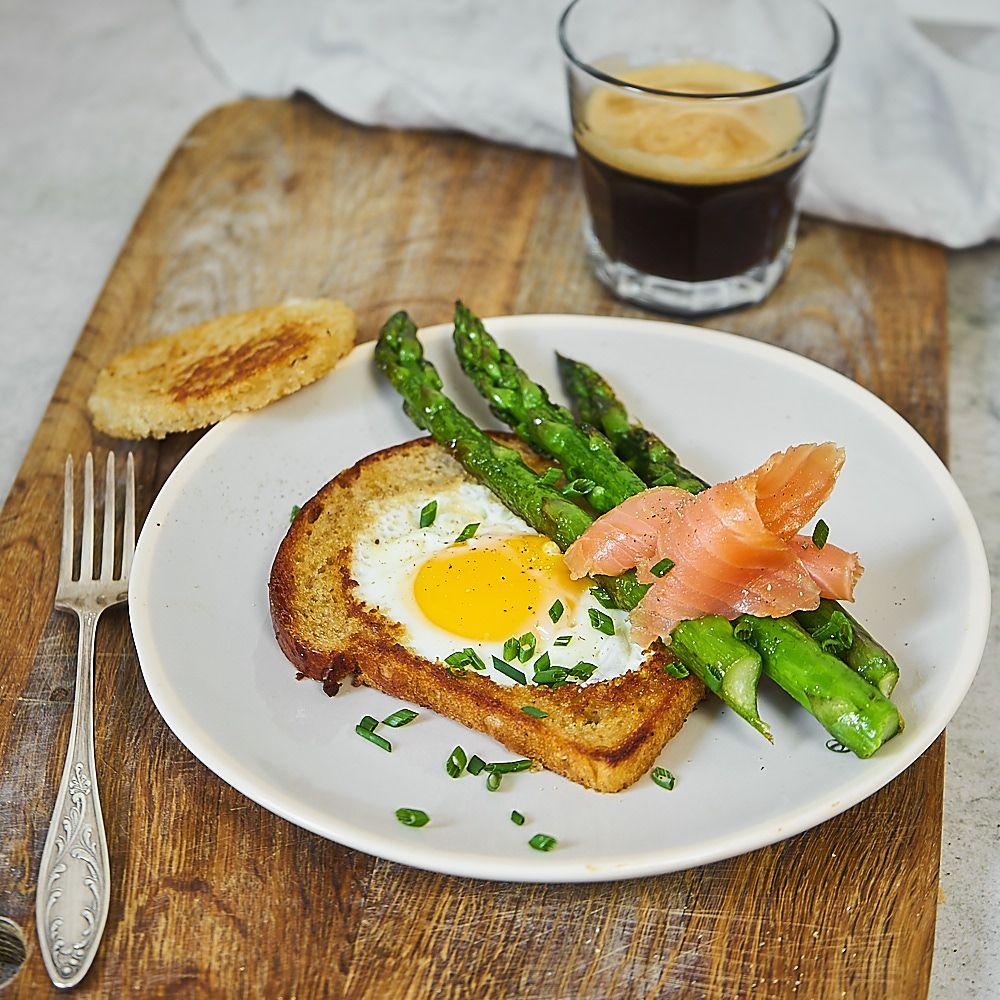 Jajko sadzone w chlebie ze szparagami i łososiem