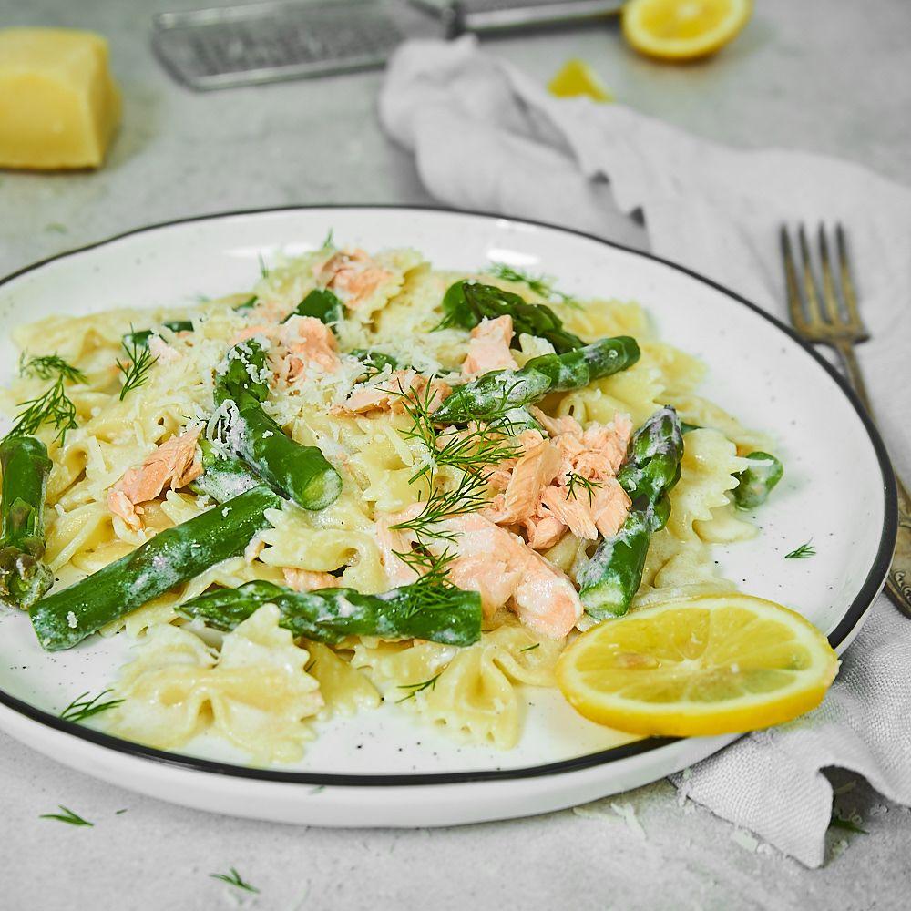 Makaron w lekkim sosie jogurtowym ze szparagami i łososiem