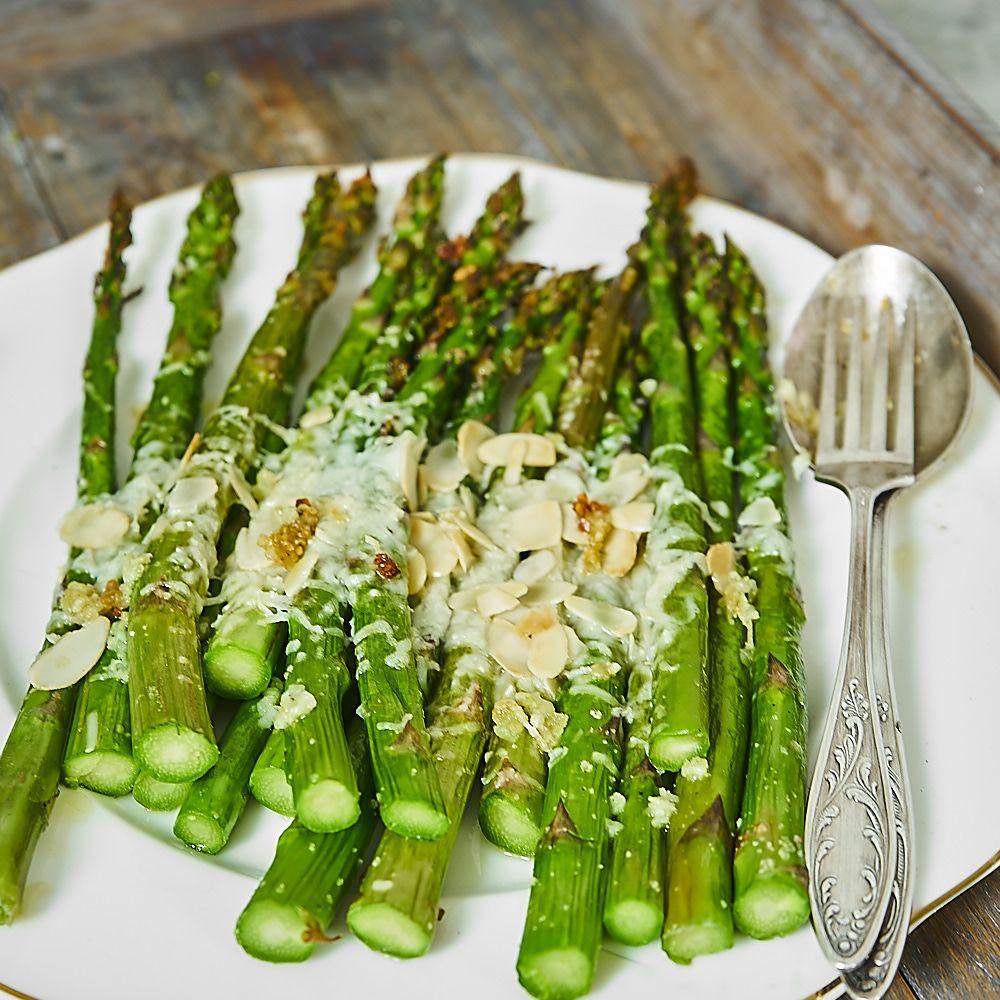 Pieczone szparagi z parmezanem, migdałami i czosnkiem