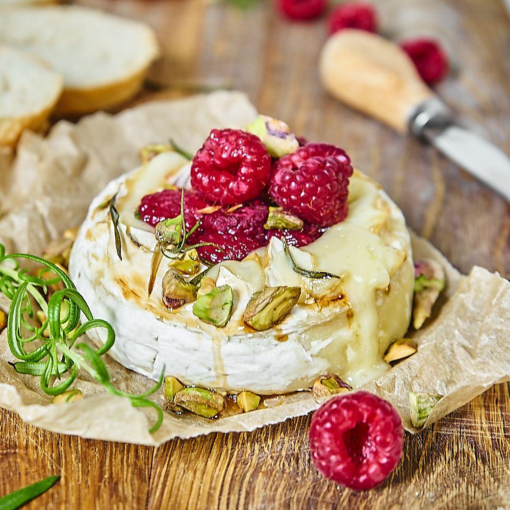 pieczony camembert z malinami, miodem, pistacjami i rozmarynem