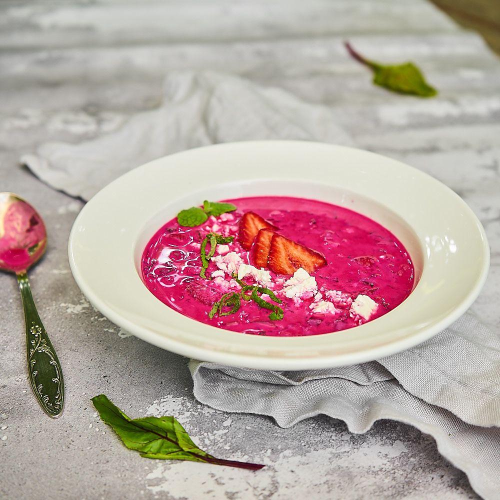 Jogurtowy chłodnik z botwinki z truskawkami i serem feta