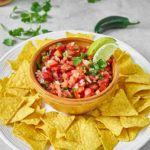 Świeża salsa pomidorowa do nachos