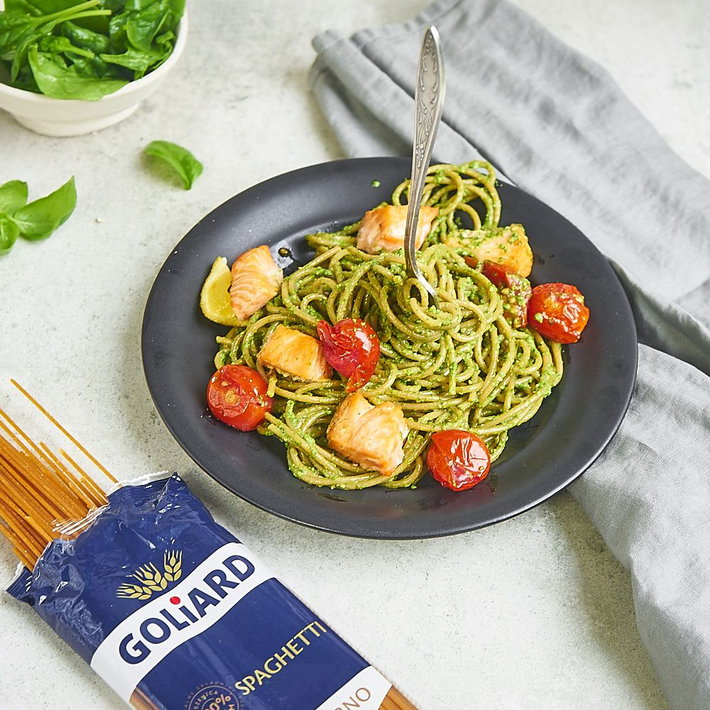 Spaghetti pełnoziarniste z pesto szpinakowym i pieczonym łososiem