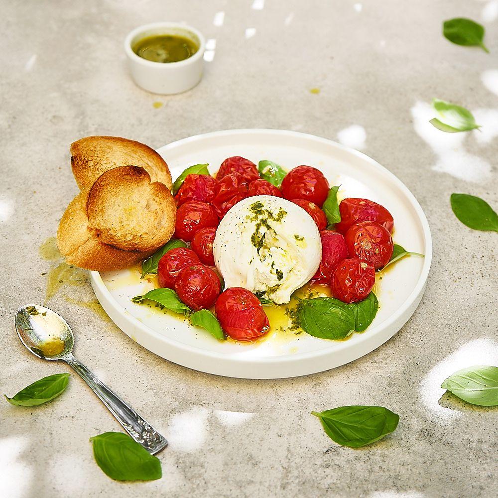 Pieczone pomidorki koktajlowe i burrata z oliwą bazyliową