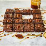 Podwójnie czekoladowe brownie z orzechami i karmelem