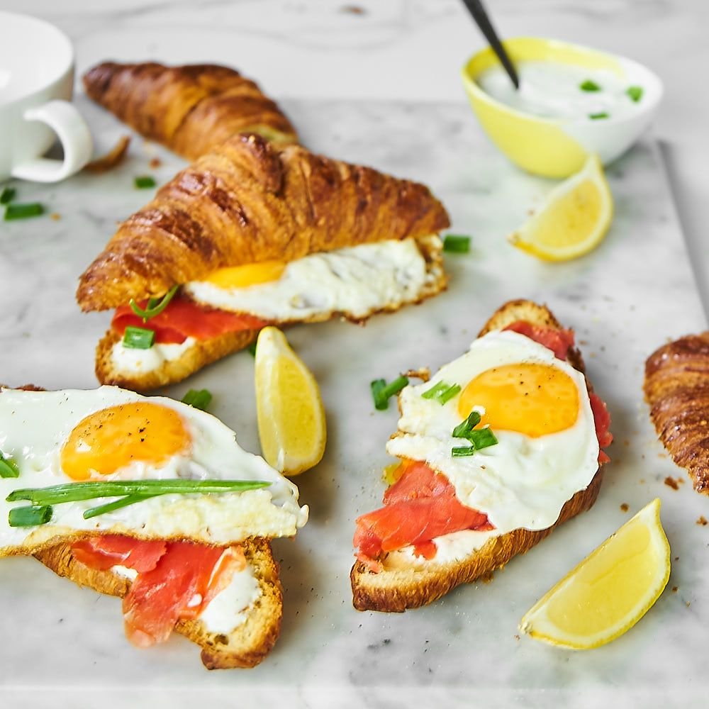 Croissant z łososiem i jajkiem sadzonym