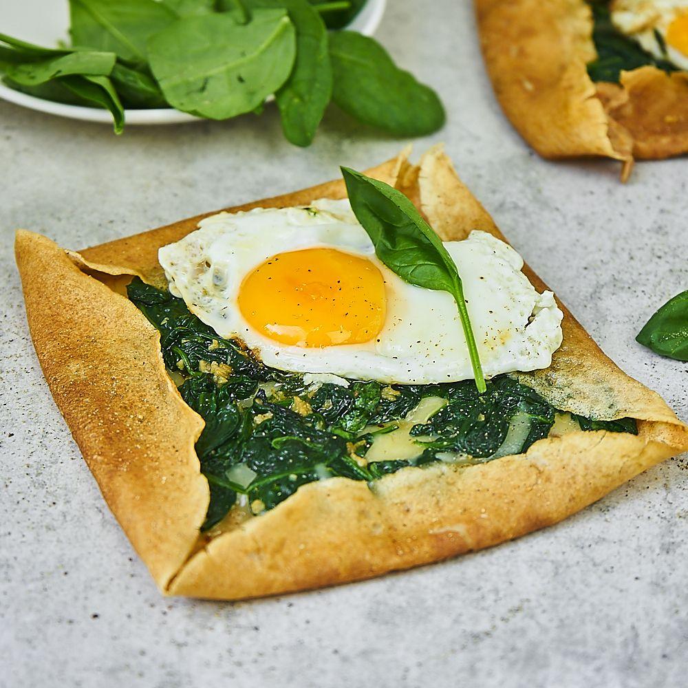 Pełnoziarniste naleśniki ze szpinakiem i jajkiem sadzonym