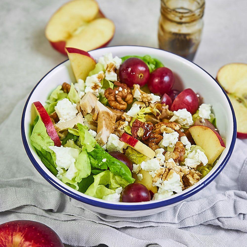 Jesienna sałatka z kurczakiem, jabłkiem, orzechami i serem feta