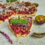 Szybka tarta ze śliwkami i cukrem cynamonowym