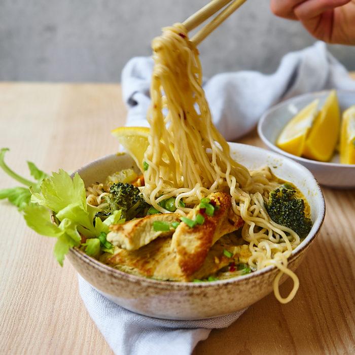 Prosta zupa orientalna z indykiem i noodlami