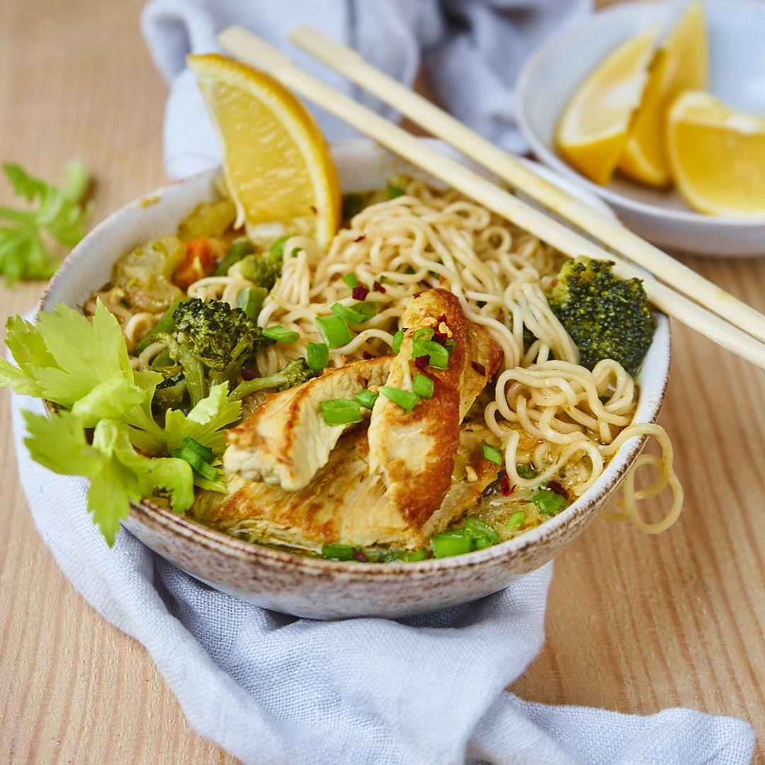 Prosta orientalna zupa z kurczakiem i noodlami