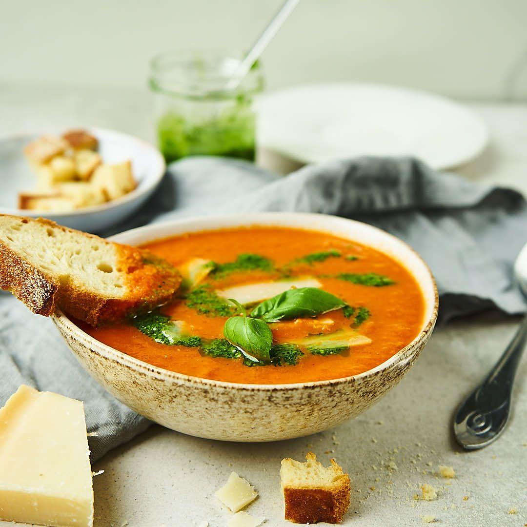 Zupa krem ze świeżych pomidorów z pietruszkowym pesto