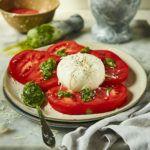 Sałatka z bazyliowym pesto, pomidorami i burratą