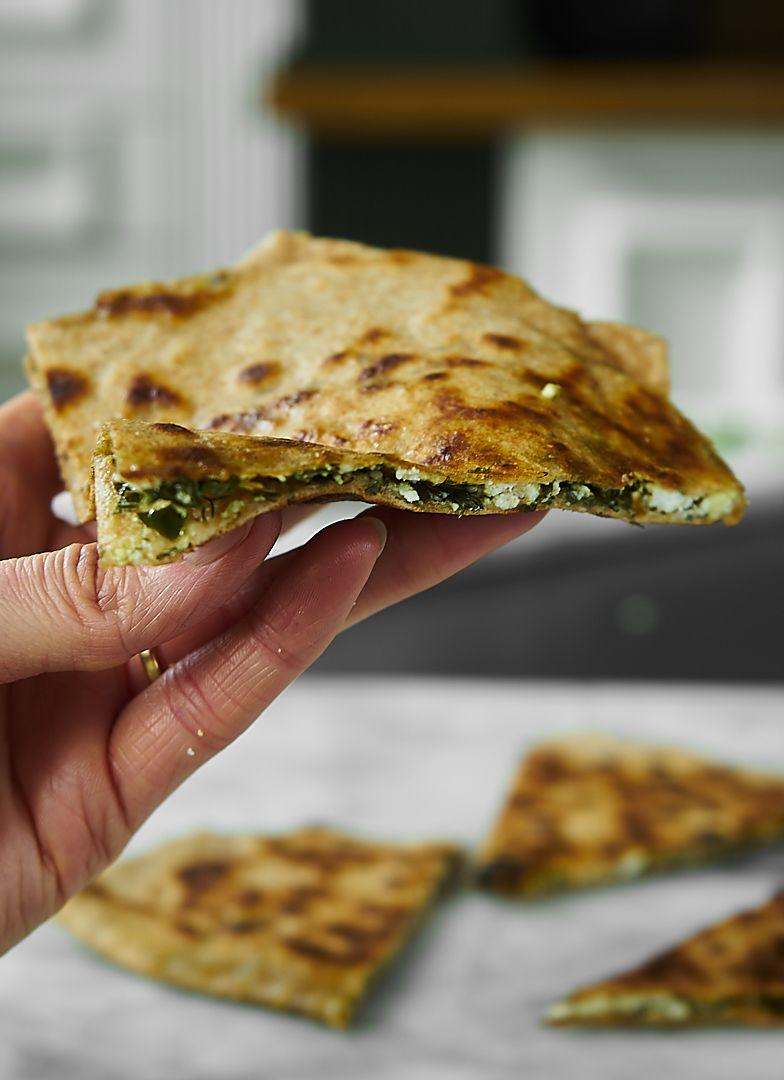 Turecki chlebek ze szpinakiem, fetą i ziołami