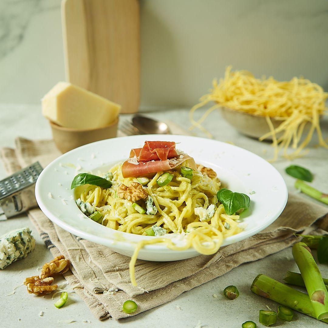 Spaghetti z sosem szparagowym, gorgonzolą i szynką parmeńską